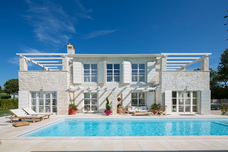 THE SUNSET. THE HOME ESCAPE. Luxury.Sea View.Privacy. Comfort.Newly Built.Pool., alquiler vacacional en Zagreb County