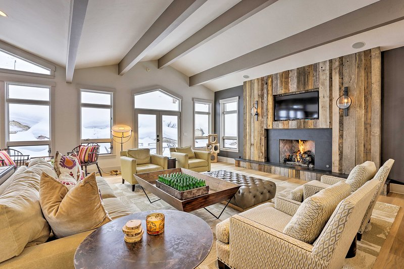 Mountain Masterpiece w/ Hot Tub & 2 Living Areas!, holiday rental in Minturn