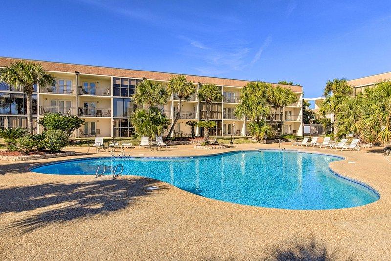 Ground-Floor Condo, Walk to Beach + Casino!, holiday rental in Beauvoir