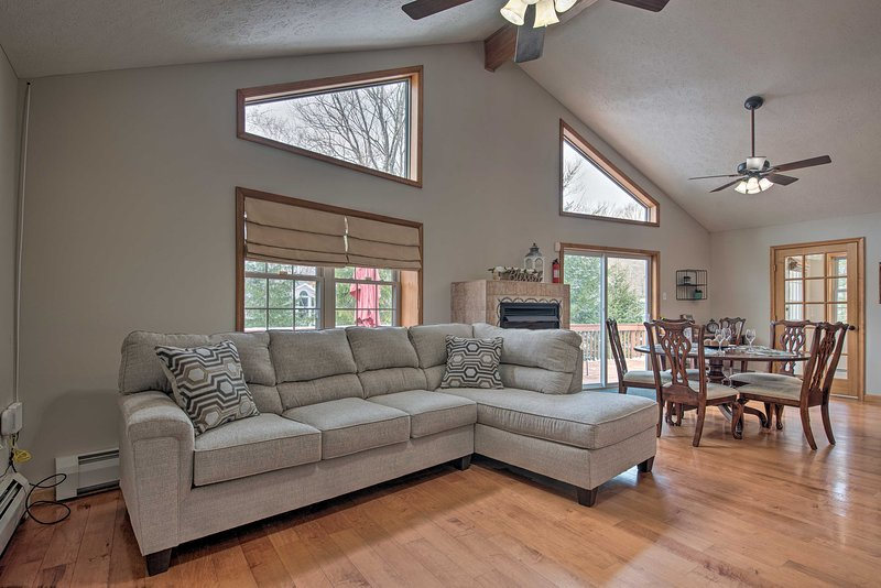 Lake Arrowhead Community Home: Game Room, Fire Pit, holiday rental in Thornhurst