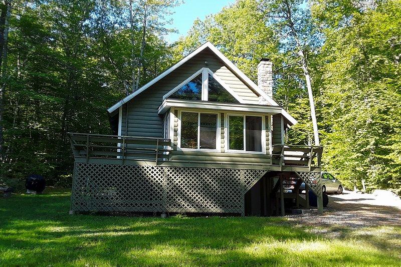 ¡Acurrucarse en esta acogedora cabaña que se encuentra a pocos pasos del lago Thompson!