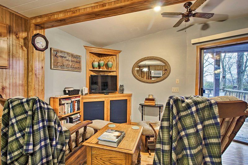 Rustic Stockton Lake Cabin Half Mile to Boat Ramp!, holiday rental in Stockton