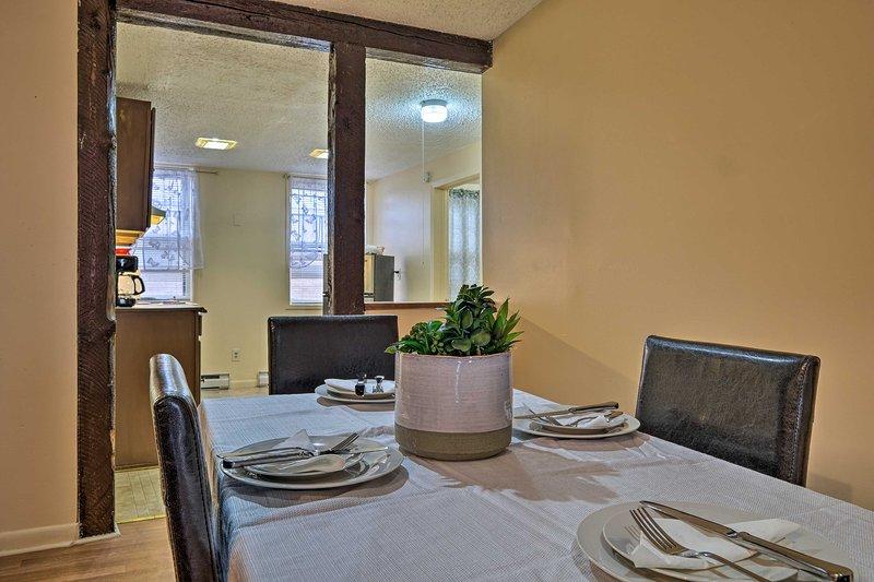 Disfrute de deliciosas comidas en esta mesa de comedor con sus seres queridos.