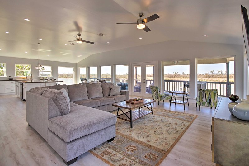 Spacious San Jacinto River Home w/Waterfront Deck!, holiday rental in Highlands