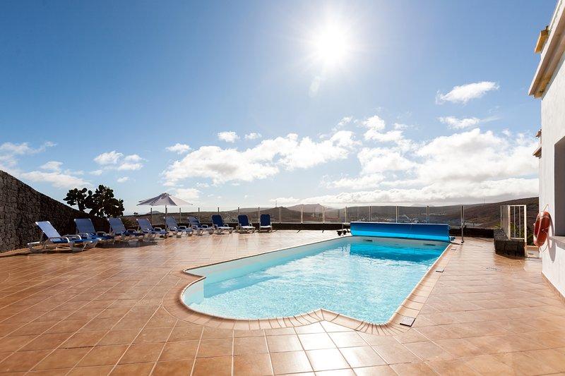 Finca Bellavista, alojamiento de 2 a 12 personas, holiday rental in Teguise