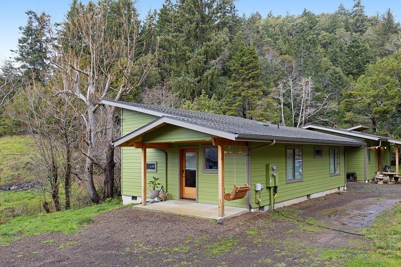 Newly built, dog-friendly colorful creekside home - 1 mile to ocean!, aluguéis de temporada em Wedderburn