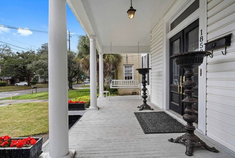 Two spacious BRs 14'x20' and 14'x18' with private bath and private porch, vacation rental in Mobile