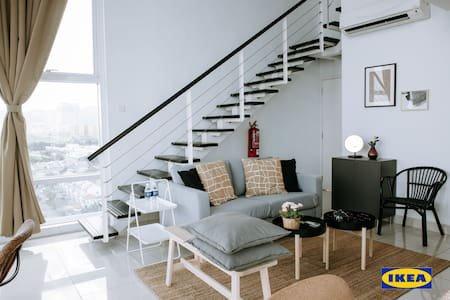 Amplia sala de estar.