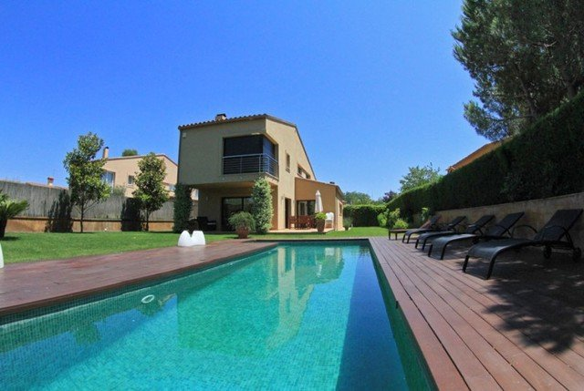 Mont-ras Villa Sleeps 8 with Pool Air Con and Free WiFi - 5509118, vacation rental in Vall-Llobrega