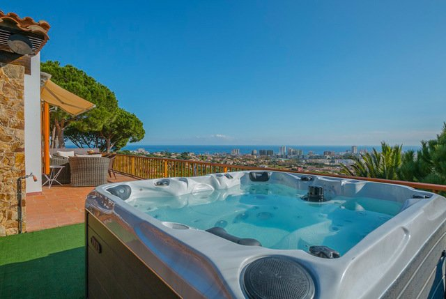 Castell-Platja d'Aro Villa Sleeps 10 with Pool and Free WiFi - 5509224, vacation rental in Castell-Platja d'Aro
