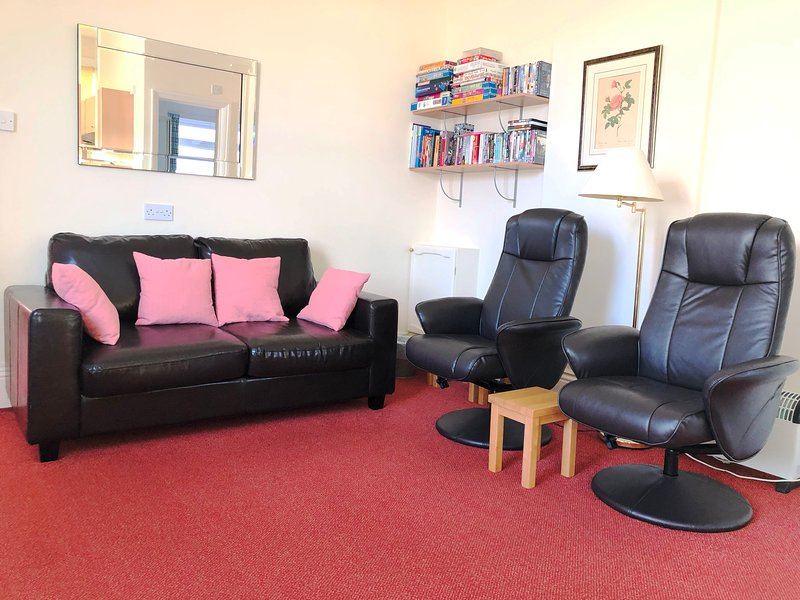 Stavordale House Flat 1 - Spacious High Quality Apartment With Private Parking, holiday rental in Weymouth