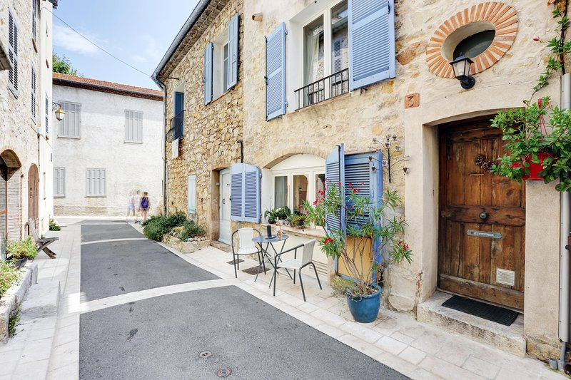 Heart of Valbonne, 3 storey village house. perfect position/roof terrace/Aircon, Ferienwohnung in Valbonne