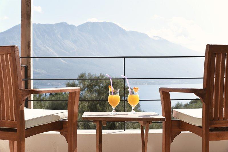 Villa Mouria. Ideal family villa with pool. Sleeps 6-8, aluguéis de temporada em Palairos