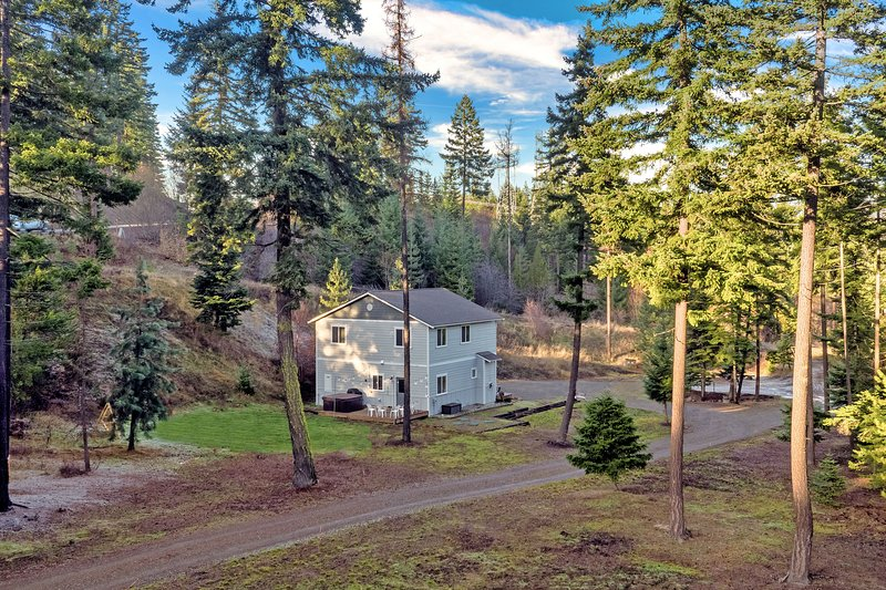 Hot tub, exploration, stunning views & family-friendly features welcome you!, holiday rental in South Cle Elum