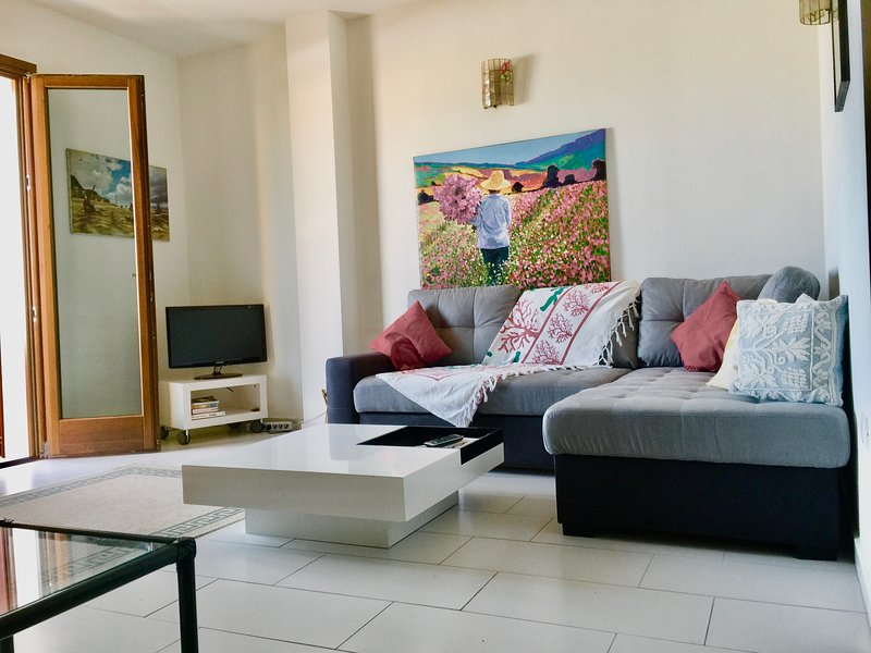 NICE APARTMENT WITH LARGE TERRACE, VEW ON VILLAGE AND SEE, vakantiewoning in Sardinië
