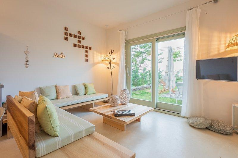 Athena Villa.4 bedroom,private pool,beachfront.Sea and Sun Luxury Pool's Villas, vacation rental in Chorefto