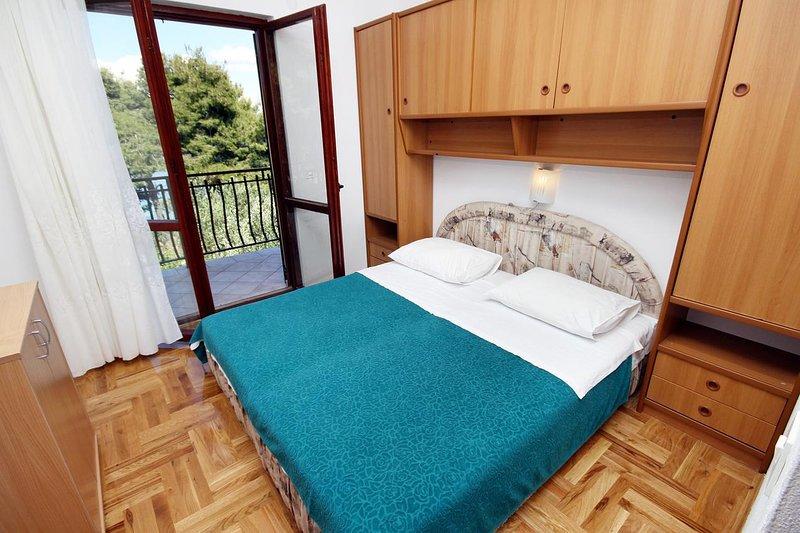 Tkon Apartment Sleeps 4 with Air Con - 5459685, vacation rental in Zizanj Island
