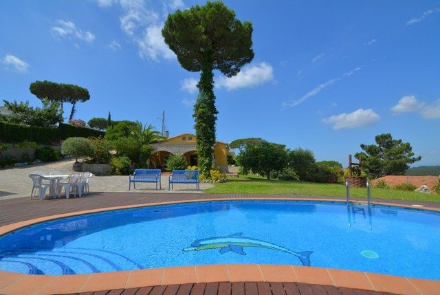 Montbarbat Villa Sleeps 10 with Pool and Free WiFi - 5509420, holiday rental in Cartella