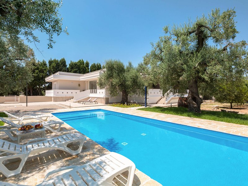 Leverano Villa Sleeps 8 with Pool Air Con and WiFi - 5828447, vakantiewoning in Veglie