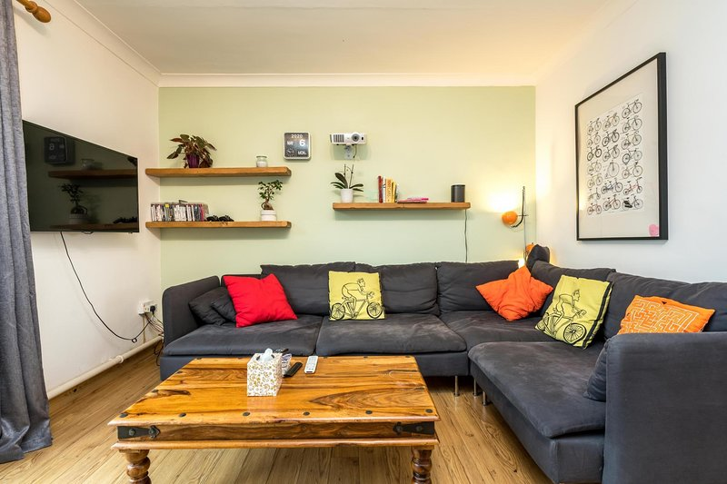 NEW Sleek & Colourful 2 Bedroom Flat Forest Hill, holiday rental in Sidcup