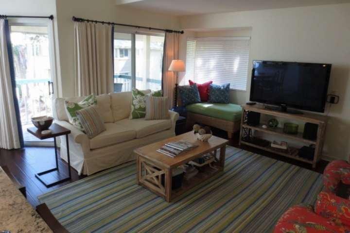 La confortevole camera familiare si apre su cucina, sala da pranzo e veranda coperta.