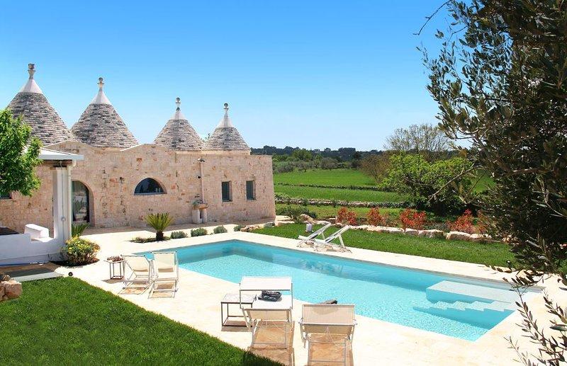 Trulli Gianpaolo, suggestivo e lussuoso trullo con piscina e camino, holiday rental in La Fica