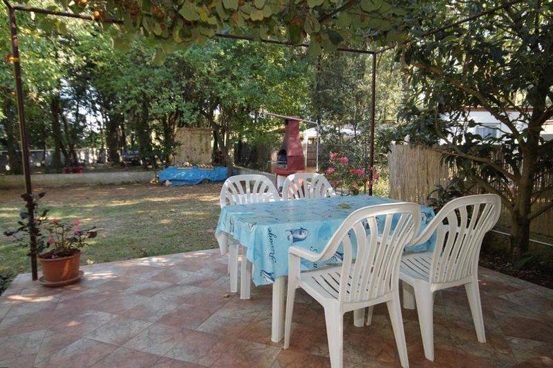 Banjole Apartment Sleeps 5 with Air Con - 5460468, vacation rental in Banjole