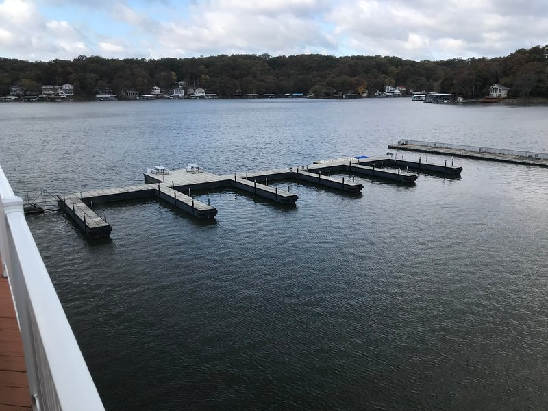 New vacation home this 2020 season, Amazing sunset from two decks, boat Dock &, location de vacances à Lake of the Ozarks