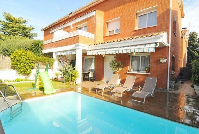 Sant Vicenc de Montalt Villa Sleeps 8 with Pool Air Con and Free WiFi - 5509301, alquiler de vacaciones en Arenys de Mar