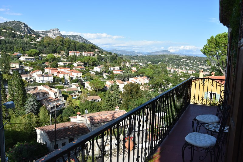 Quiet, Stylish & bright open-plan apartment 2/4p with fabulous views, holiday rental in Vence