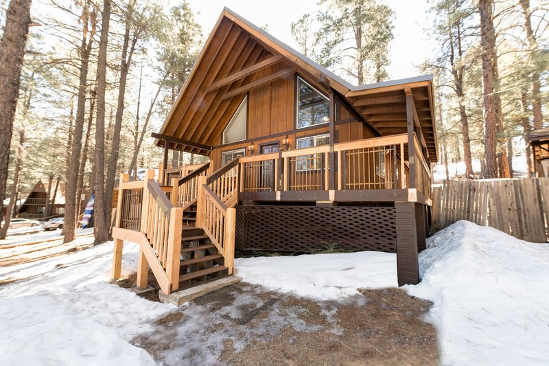 Beautiful Flagstaff home tucked in the trees w/ wraparound deck & large yard!, holiday rental in Kachina Village