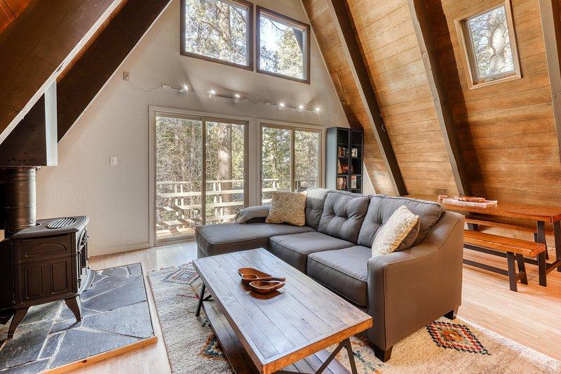 New listing! Modern, dog-friendly cabin - close to skiing, biking, golf, & lake!, vacation rental in South Lake Tahoe