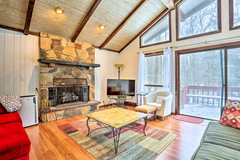 NEW! Poconos Cabin w/ Pool Access 25 Min to Skiing, vacation rental in Gouldsboro