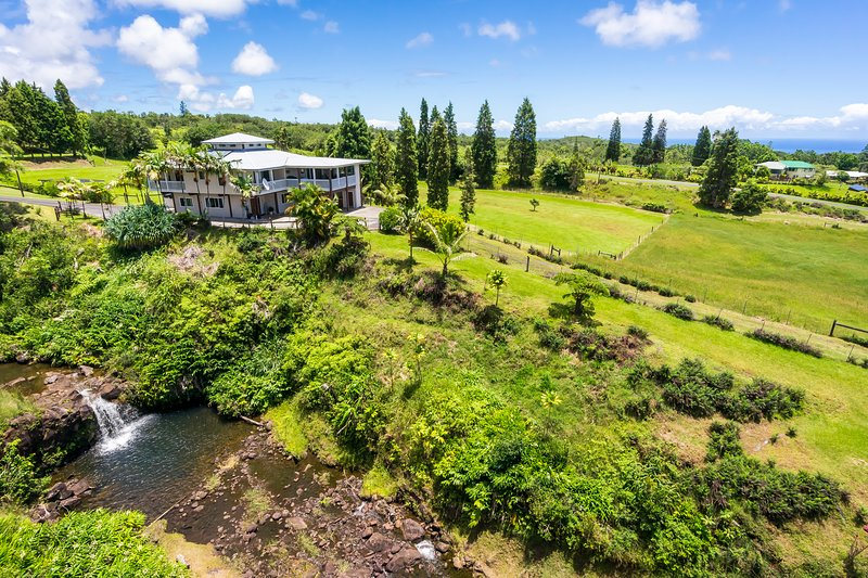 Unspoiled Unforgettable Hilo Waterfall Family Farm, alquiler de vacaciones en Pepeekeo