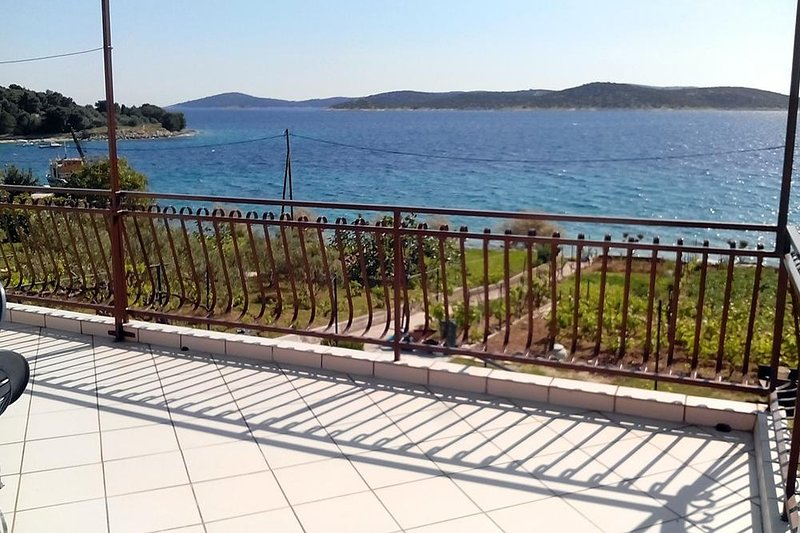 Prvic Sepurine Apartment Sleeps 4 with Air Con - 5462582, vacation rental in Prvic Sepurine