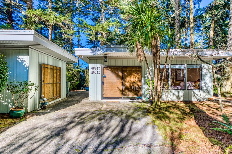Secluded, waterfront home w/firepit, full kitchen, & plenty of retro-style charm, Ferienwohnung in Lakeside