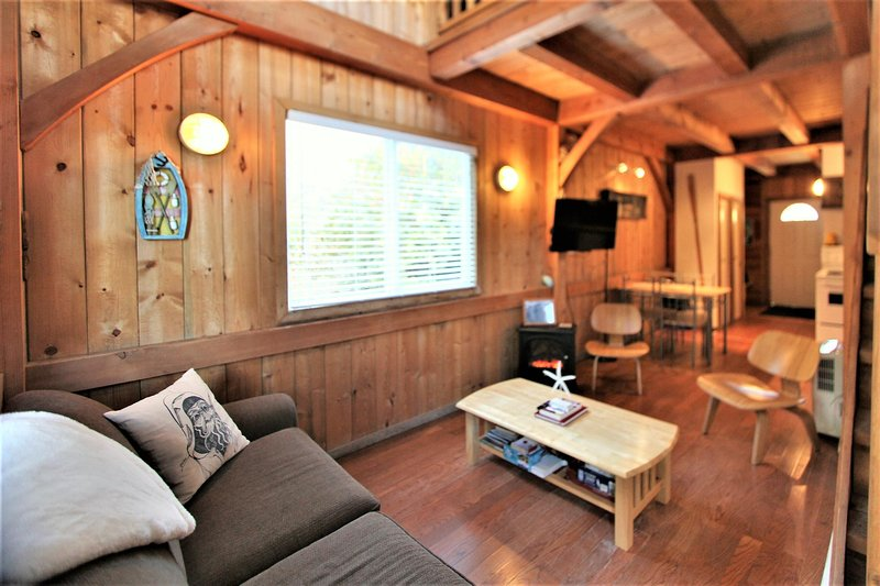 Waterfront Post and Beam Cottage!, vacation rental in Barkley Sound