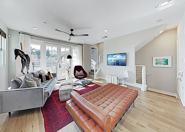 Lavish Dual-Suite Retreat with Rooftop Deck | Walk to Dining, Shops, casa vacanza a Monterey Park