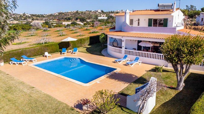 SESMARIAS Splendid Villa w/ large pool, garden, walk to beach, AC,WiFi, holiday rental in Sesmarias