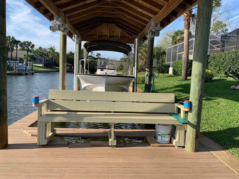 panchina per rilassarsi vicino al canale e pesce