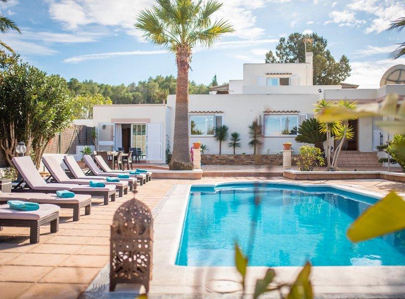 Villa Can Petrus, con piscina y wifi gratis, holiday rental in Sant Antoni de Portmany