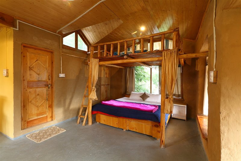 Studio Loft with Private Balcony and Snowcap Views In Traditional Wooden Cottage, holiday rental in Jana
