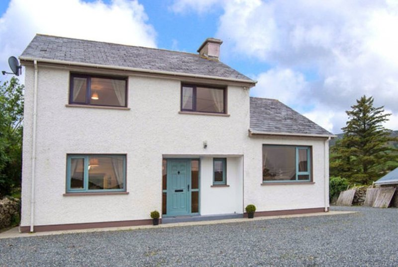 3-Bed House in Clonmany With Panoramic Hillside Se, holiday rental in Carndonagh