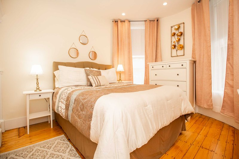 Sunny, Fully Furnished & Newly Renovated 1Bed, Sleeps 4, Step to Transit, location de vacances à Sudbury