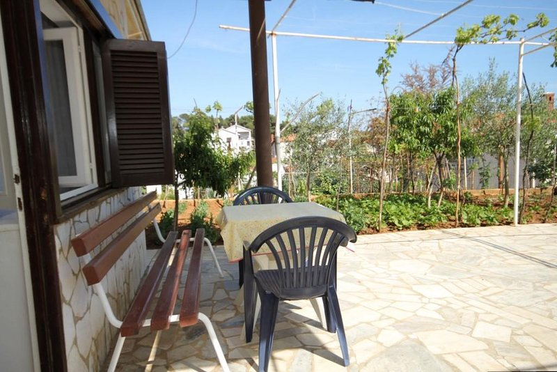 Pula Apartment Sleeps 3 with Air Con - 5467456, holiday rental in Vintijan