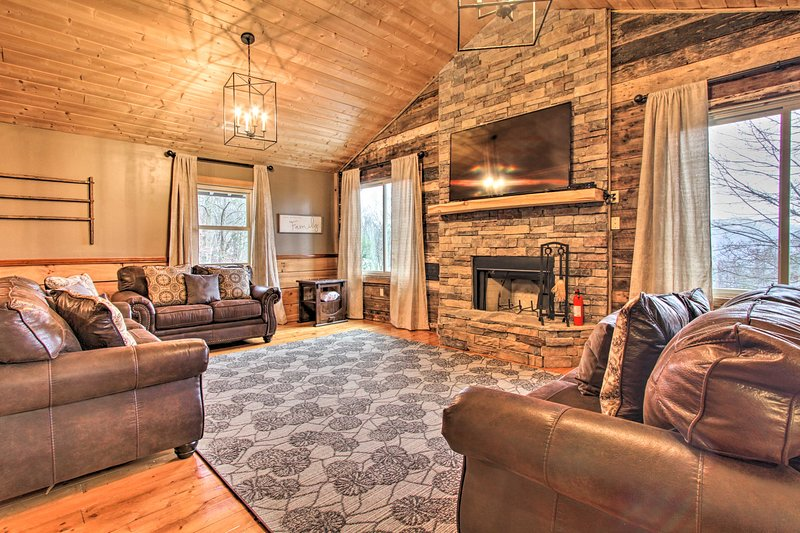 Spacious Hillside Gatlinburg Retreat w/ Hot Tub!, vacation rental in Gatlinburg