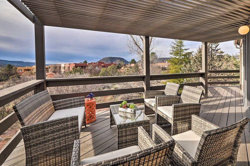 Sleek Sedona Abode w/Hot Tub,Deck & Optional Chef!, holiday rental in Village of Oak Creek