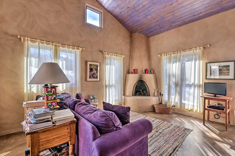 NEW! Eclectic Cabin w/ Kiva, 11 Mi to Taos Ski!, holiday rental in Arroyo Seco