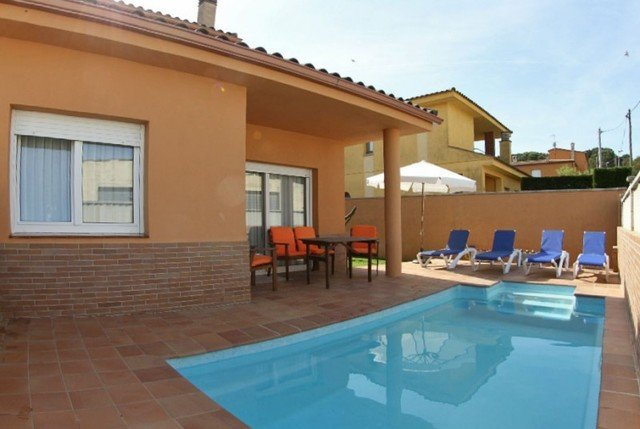 Palafrugell Villa Sleeps 6 with Pool and Free WiFi - 5508939, holiday rental in Mont-ras
