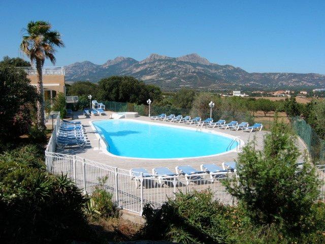 T2 dans résidence piétonière arborée de 5 hectares avec piscine, aluguéis de temporada em Lumio